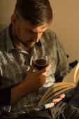 Homme avec livre et du vin — Photo