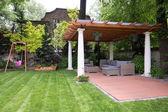 Krása zahrady s moderní altán — Stock fotografie