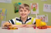 Kind und zwei Arten von snacks — Stockfoto