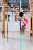 Chica haciendo acrobacias — Foto de Stock