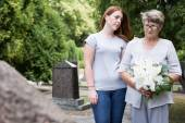 Woman visiting grave of husband — Stock Photo