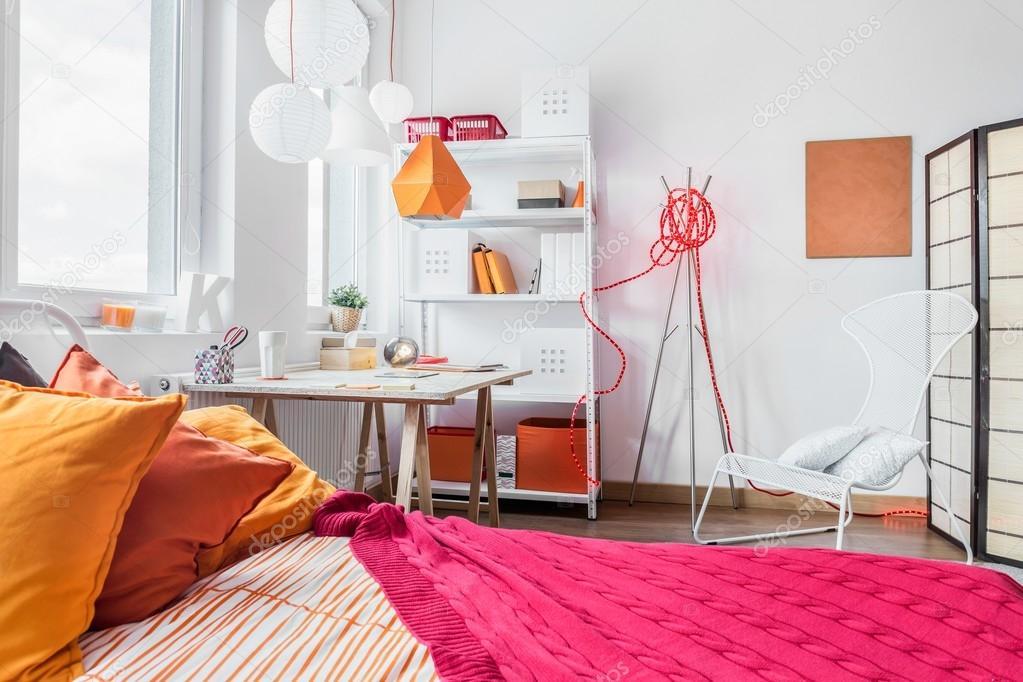 Dormitorio rojo y naranja — fotos de stock © photographee.eu #86146858