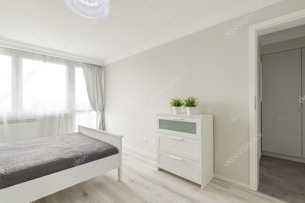 slaapkamer ontworpen in minimalistische kleuren  stockfoto, Meubels Ideeën