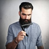 Bearded man with vintage straight razor — Stock Photo