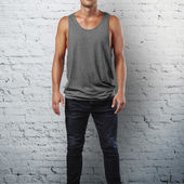 Man wearing grey sleeveless shirt — Stock Photo