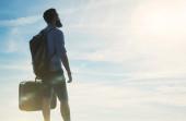 Bearded hipster traveler looking at sun — Stock Photo
