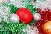 Christmas balls with garlands and white snowflakes — ストック写真