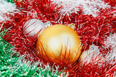 Christmas balls with garlands and white snowflakes — Stockfoto