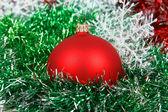 Çelenk ve beyaz kar taneleri ile Noel kırmızı top — Stok fotoğraf