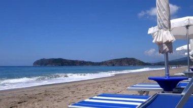 在海滩上的躺椅 — 图库视频影像