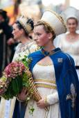Young damadel Middle Ages at the Palio with flowers — Stock Photo