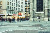 VIENNA, AUSTRIA - OCTOBER 13, 2014: Tourists and locals walking — Stock Photo
