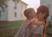 Kiss my daughter. — Stock Photo