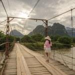 Ženské turistů na dřevěný most — Stock fotografie #79961484