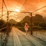 Ženské turistů na dřevěný most — Stock fotografie #79962226