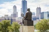 Mikolaj Kopernik admiring panorama of Chicago. — Stock Photo