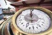 Bússola grande em um navio — Fotografia Stock