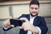 Biznes człowiek biorąc pod selfie — Zdjęcie stockowe