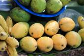Mangoes and bananas for sale in a Cambodian market — 图库照片