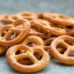 Heap of fresh Wheat salt pretzels on hessian linen fabric cloth — Stock Photo #66204125