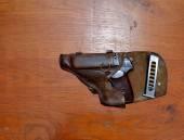 Pistolet dans un étui au conseil d'administration — Photo