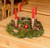 Christmas wreath with candles on the wooden table — Foto Stock