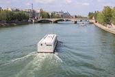 Kreuzfahrtschiff am Seineufer in Paris, Frankreich. — Stockfoto