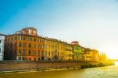 Vista da rua velha e o Rio Arno, na cidade de Pisa, Itália — Fotografia Stock