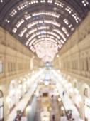 Defocused interior of a large luxury shopping center. — Stock Photo