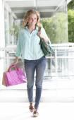 Mulher feliz depois das compras — Fotografia Stock