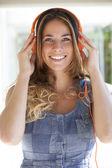 Mädchen mit Kopfhörer auf dem Kopf — Stockfoto