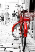 Red bike parked at front of the building. — Foto Stock