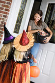 Halloween: Mother Hands Out Candy on Halloween — Stock Photo