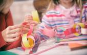 Christmas: Parent and Child Work On Paper Chain Garland — Stockfoto
