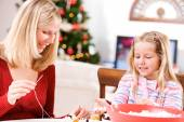 Christmas: Mother And Child Make Holiday Garland From Popcorn An — Zdjęcie stockowe