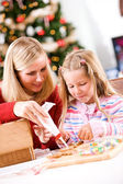 Christmas: Mother Helps Girl With Icing For Gingerbread Decorati — Stockfoto