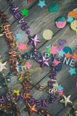 NYE: Party Confetti and Happy New Year Necklaces On Wooden Backg — Stockfoto