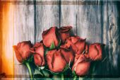 Valentine: Grunge Overhead Of A Dozen Roses On Wood Background — Stock fotografie