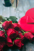 Valentine: Bouquet Of Roses And Candy With Glasses Of Champagne — ストック写真