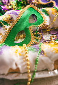 Mardi Gras: Green Mask Sits In Middle Of Traditional King Cake — Stock fotografie