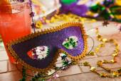 Mardi Gras: Party Mask Sits Against Tropical Hurricane Cocktail — Stock Photo