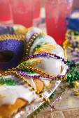 Mardi Gras: King Cake With Hurricane Drinks Behind — Stock fotografie