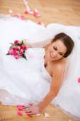 Bride: Bridal Portrait with Bouquet Looking to Side — Stock Photo