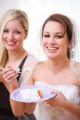 Bride: Laughing Bride with Wedding Cake — Stock Photo