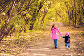 Children walk in autumn park — Stock Photo