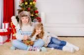 Broer en zus in de buurt van de kerstboom — Stockfoto