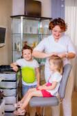 美容院は、女の子のための三つ編みを織り — ストック写真