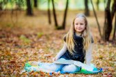 девушка на пикник в осенний парк — Стоковое фото