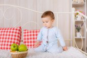 Boy  on the bed with  apples — Stock Photo