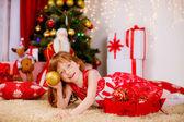 маленькая девочка возле елки — Стоковое фото